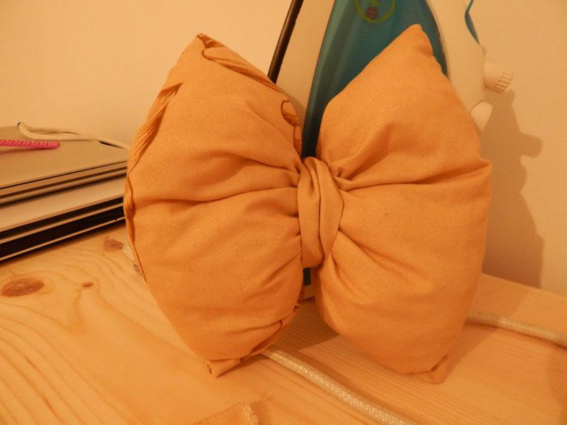 tutoriel coudre un coussin noeud couture entre soeurs. Black Bedroom Furniture Sets. Home Design Ideas